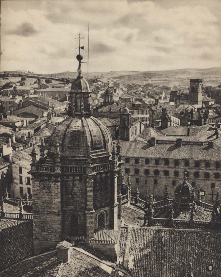 Fotografía del cimborrio de la Catedral de Santiago de Compostela publicada en la revista Tierras Hispánicas en 1954